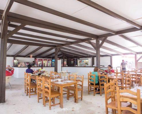 Zona de mesas para almorzar