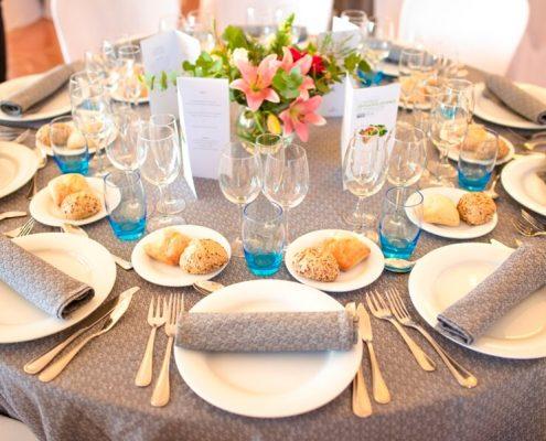 Montaje de mesas para banquete