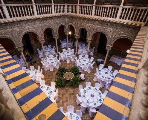 Vista alta del patio interior en Patio interior con mesas en Casa de Salinas