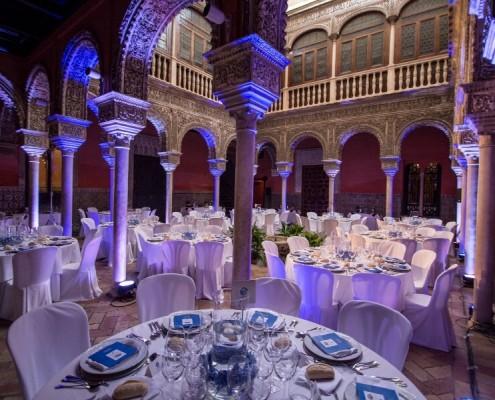 Vista columnas patio interior en Patio interior con mesas en Casa de Salinas