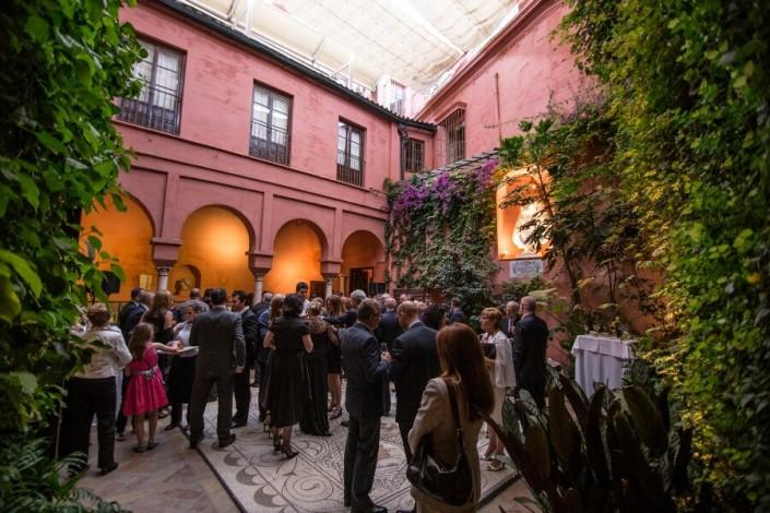 Celebración de cóctel en Patio interior con mesas en Casa de Salinas