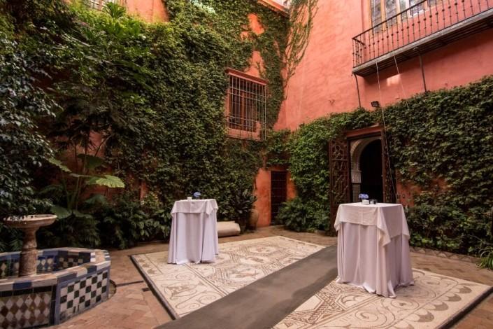Mesas para cóctel en patio interior de Casa Salinas