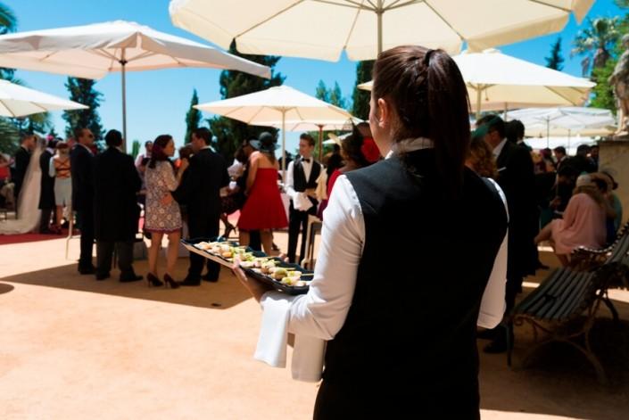Camarero en servicio de catering para bodas