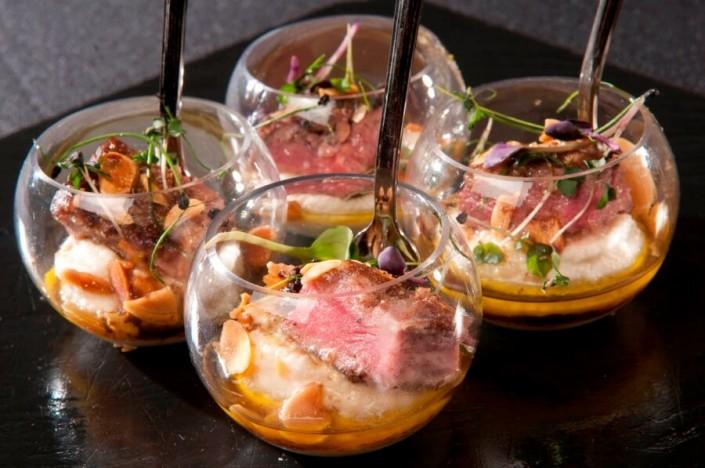 Gastronomía en pequeño formato elaborada por Abades Catering