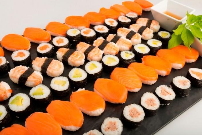 Gastronomía japonesa elaborada por servicio de catering para empresas Abades