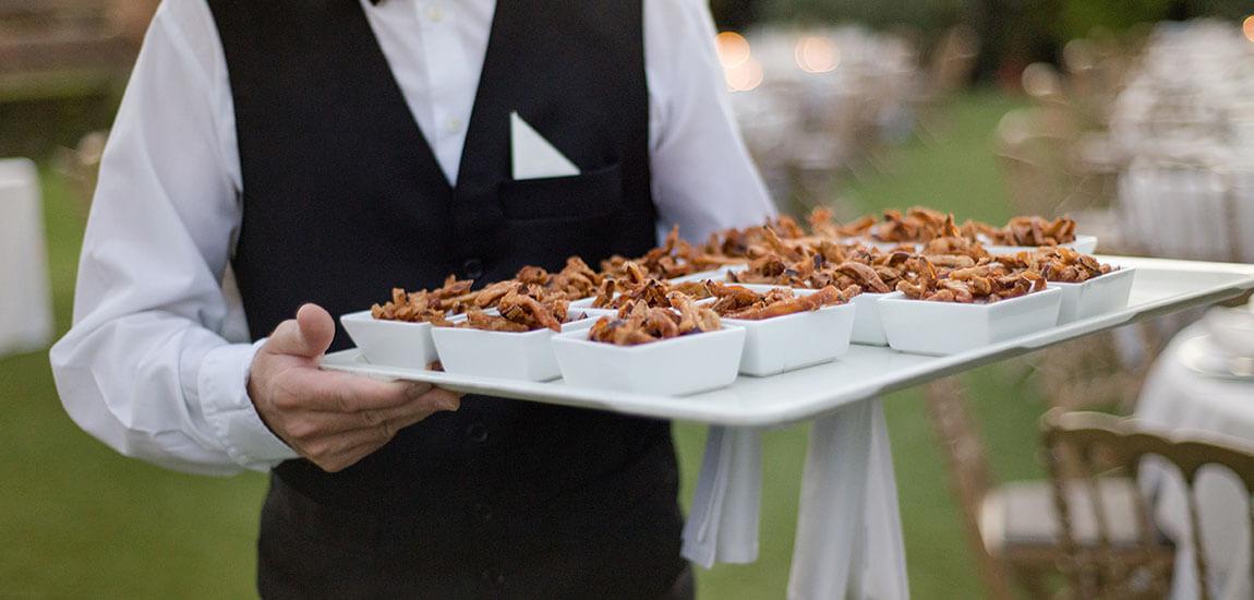 Camarero en servicio de catering