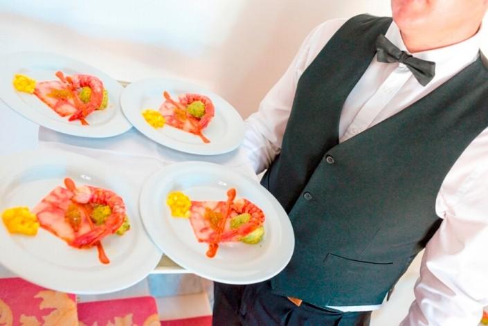 Camarero sirviendo platos para comunión