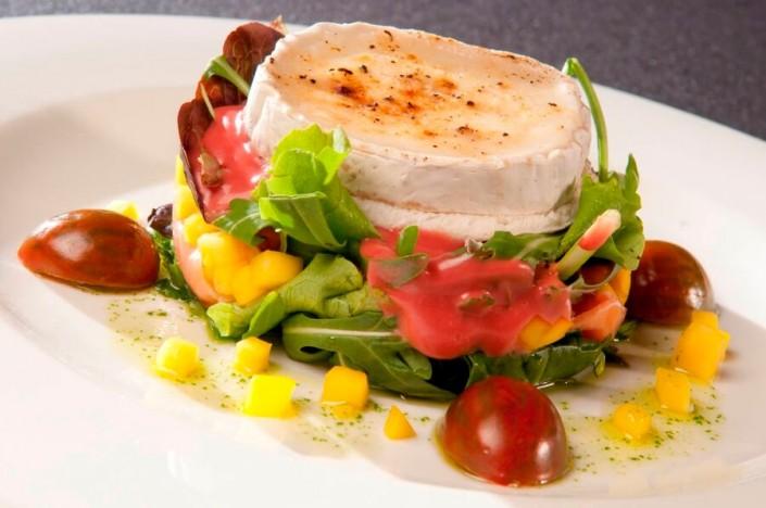 Gastronomía creativa - Ensalada de queso de cabra templado con salmón y salsa de frutas del bosque