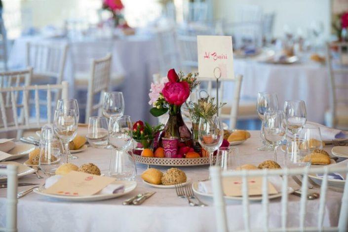 Centro de mesa en salón para boda