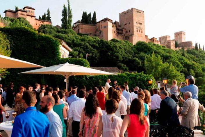 Cóctel en terraza con vistas a la Alhambra