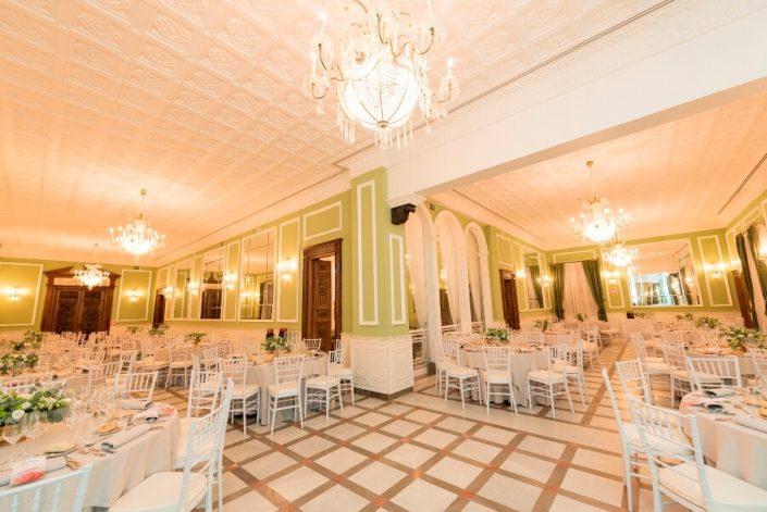 Montaje de mesas para boda en Carmen de los Mártires de Granada