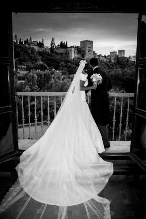 Pareja de novios en balcón del palacio