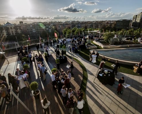 Congresistas disfrutando de cóctel en terraza La Nube