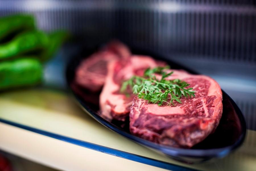 Catering con carne fresca para barbacoa