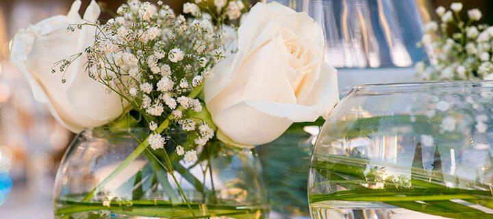 Flores en mesa para eventos