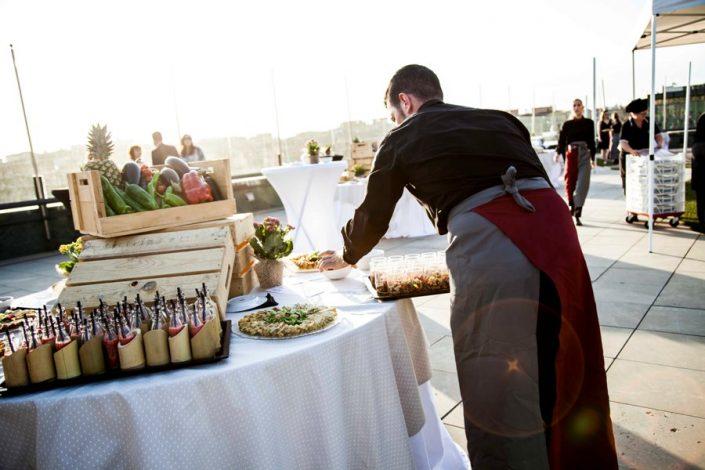 Camarero ofreciendo servicio de catering