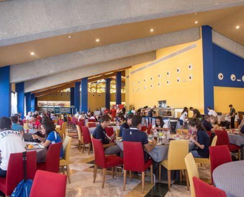 Personal y aficionados almorzando