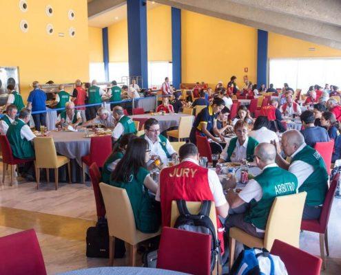 Participantesl del mundial de tiro almorzando