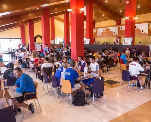 Zona de mesas con personal almorzando