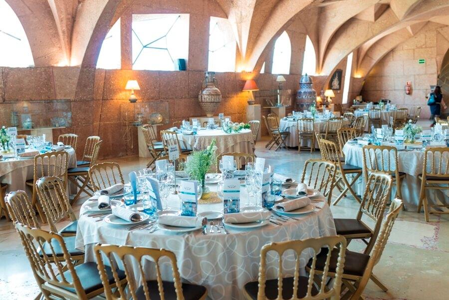 Sala de exposiciones preparada para boda