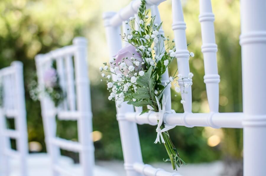 Decoración floral y detalle de sillas realizadas para enlace de boda