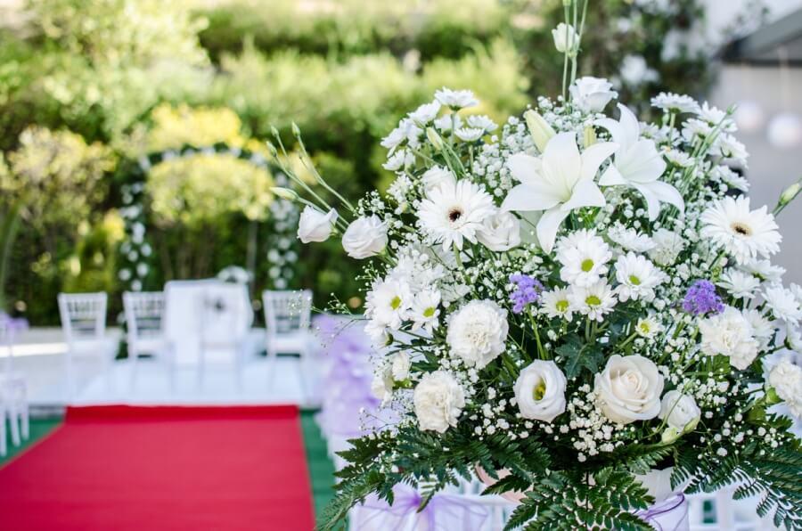 Ramo de flores como decoración para boda civil