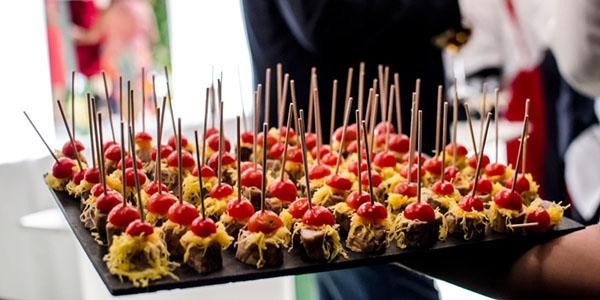 Servicio de cóctel para boda realizado por Abades Catering