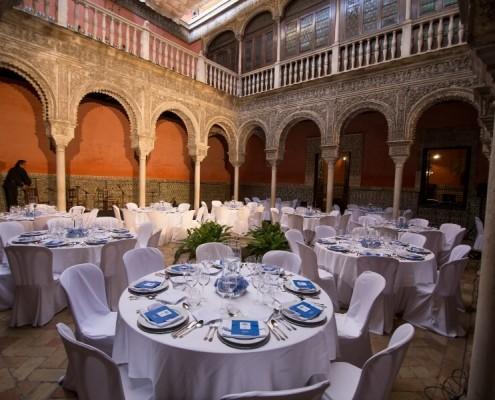 Mesas para boda en Patio interior con mesas en Casa de Salinas