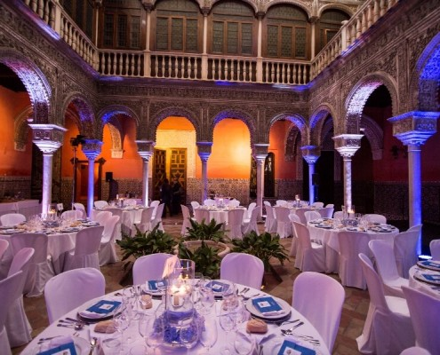 Montaje de luz para bodas y eventos en Patio interior con mesas en Casa de Salinas