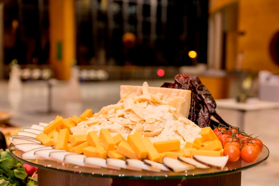 Diferentes quesos preparados para buffet de boda