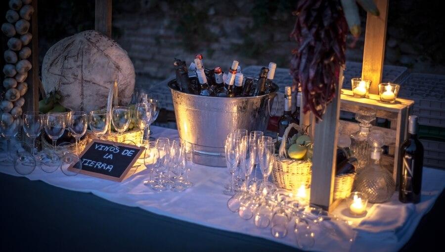 Rincón temático de vinos realizado por Abades Catering para fiesta de boda