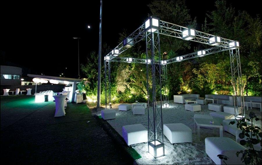 Montaje chill out, cóctel e iluminación para celebración de boda