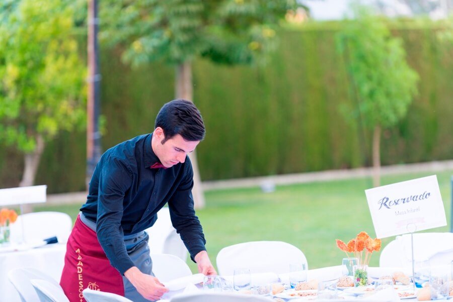 Camarero de Abades Catering realizando montaje para boda