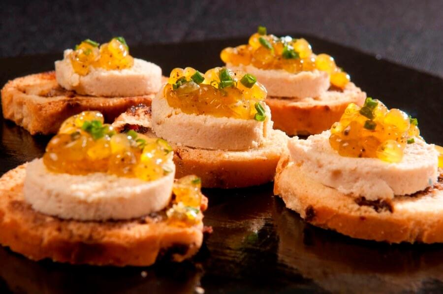 Aperitivo para catering cóctel -Mouse de atún con perlas de limón a la pimienta y cebollino bajo tosta de arandanos