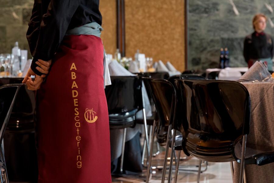 Uniforme de trabajo de un camarero de Abades Catering
