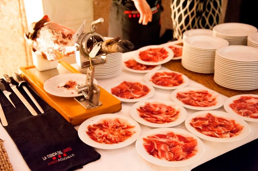 Platos de jamón de bellota recien cortados