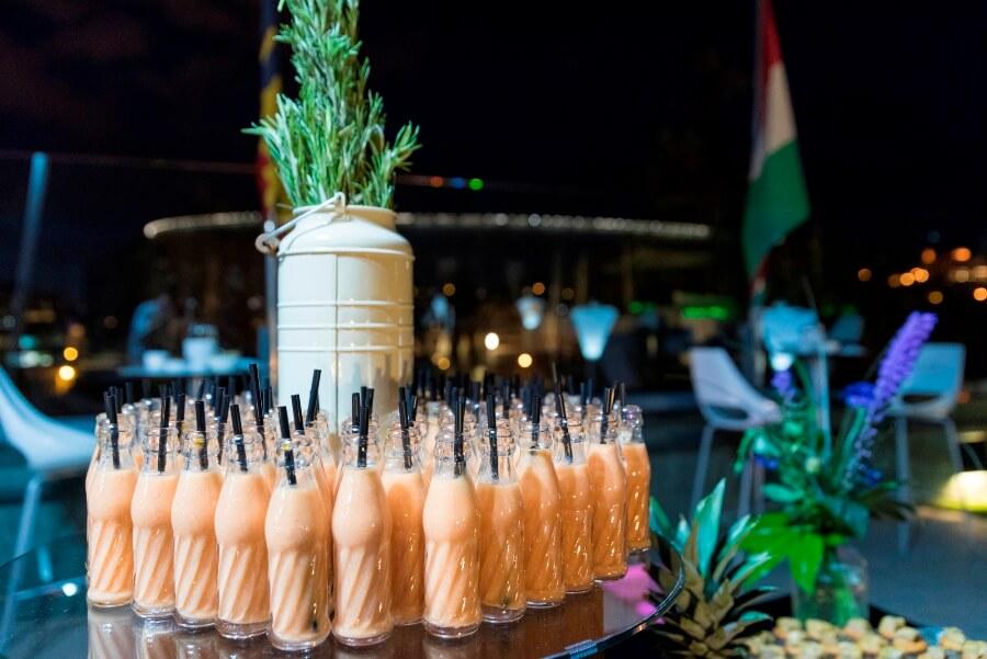 Cóctel de bebidas frías en presentación de producto