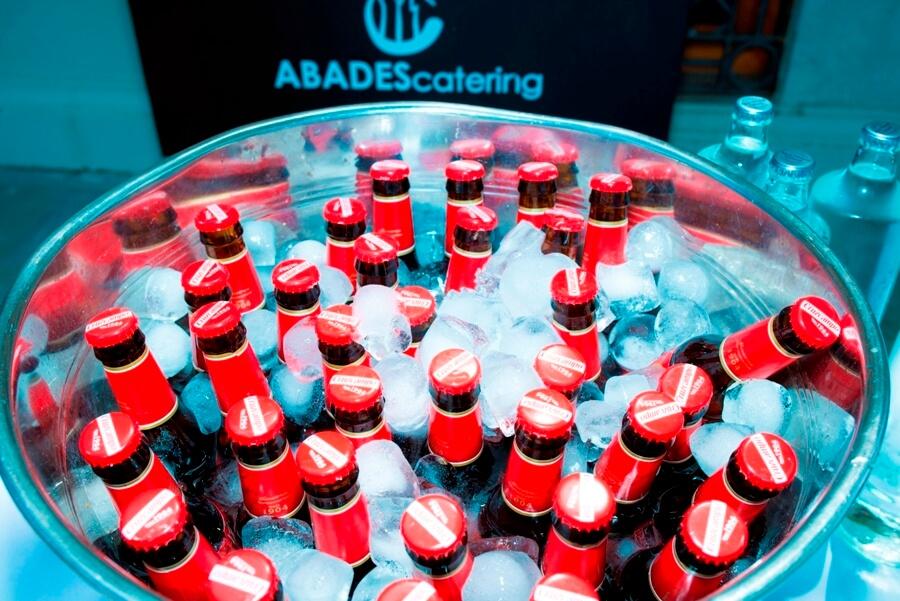 Cervezas enfriandose con hielo