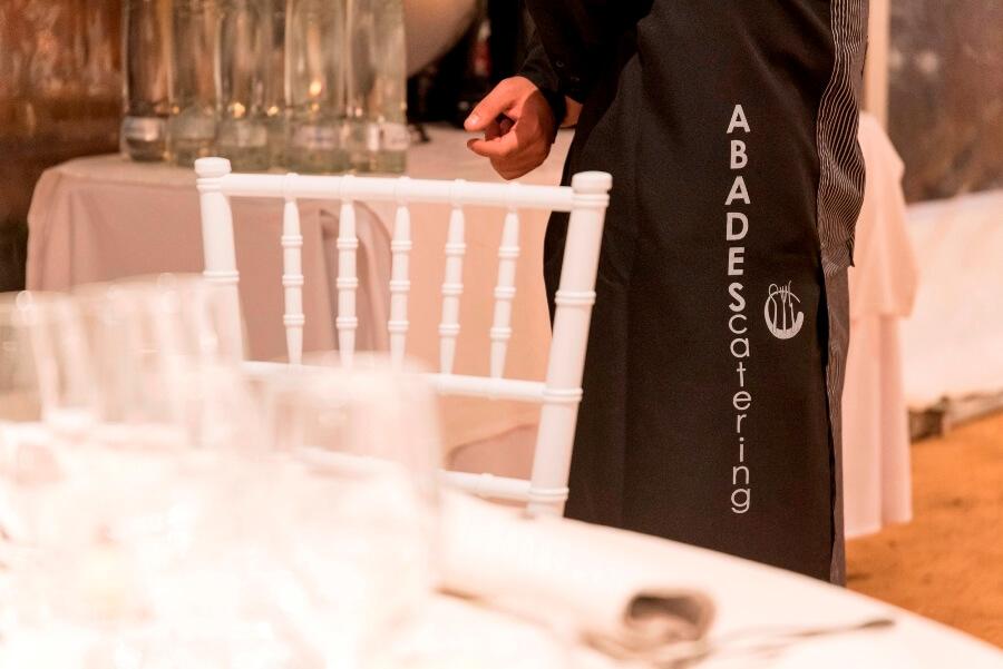 Camarero de Abades Catering preparado para realizar servicio
