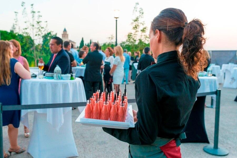 Camarera sirviendo un cóctel para eventos