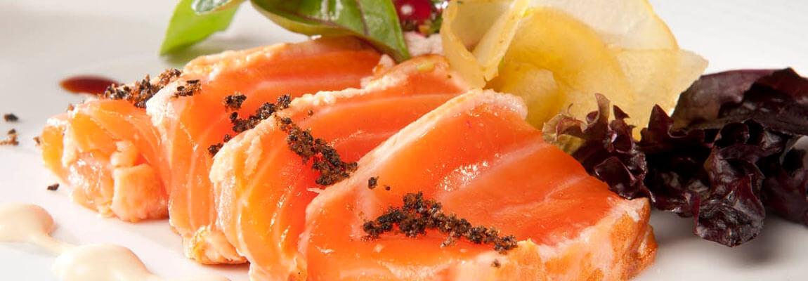 Plato de salmón realizado por catering para empresas