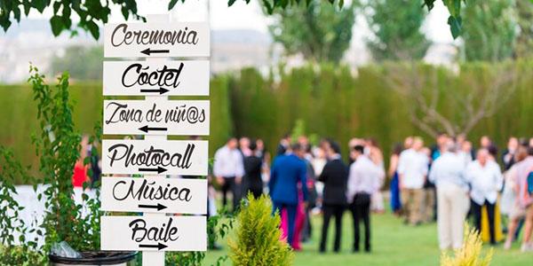 Carteles personalizados en boda con Abades Catering