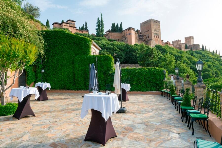 Celebración de cóctel de empresa frente a la Alhambra