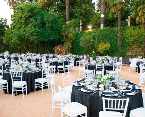 Montaje de mesas y sillas para banquete