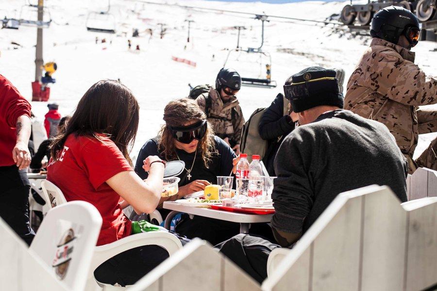 Deportistas comiendo en Sierra Nevada