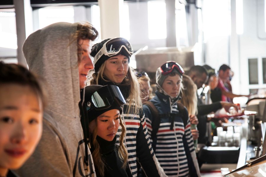 Esquiadores a punto de almorzar